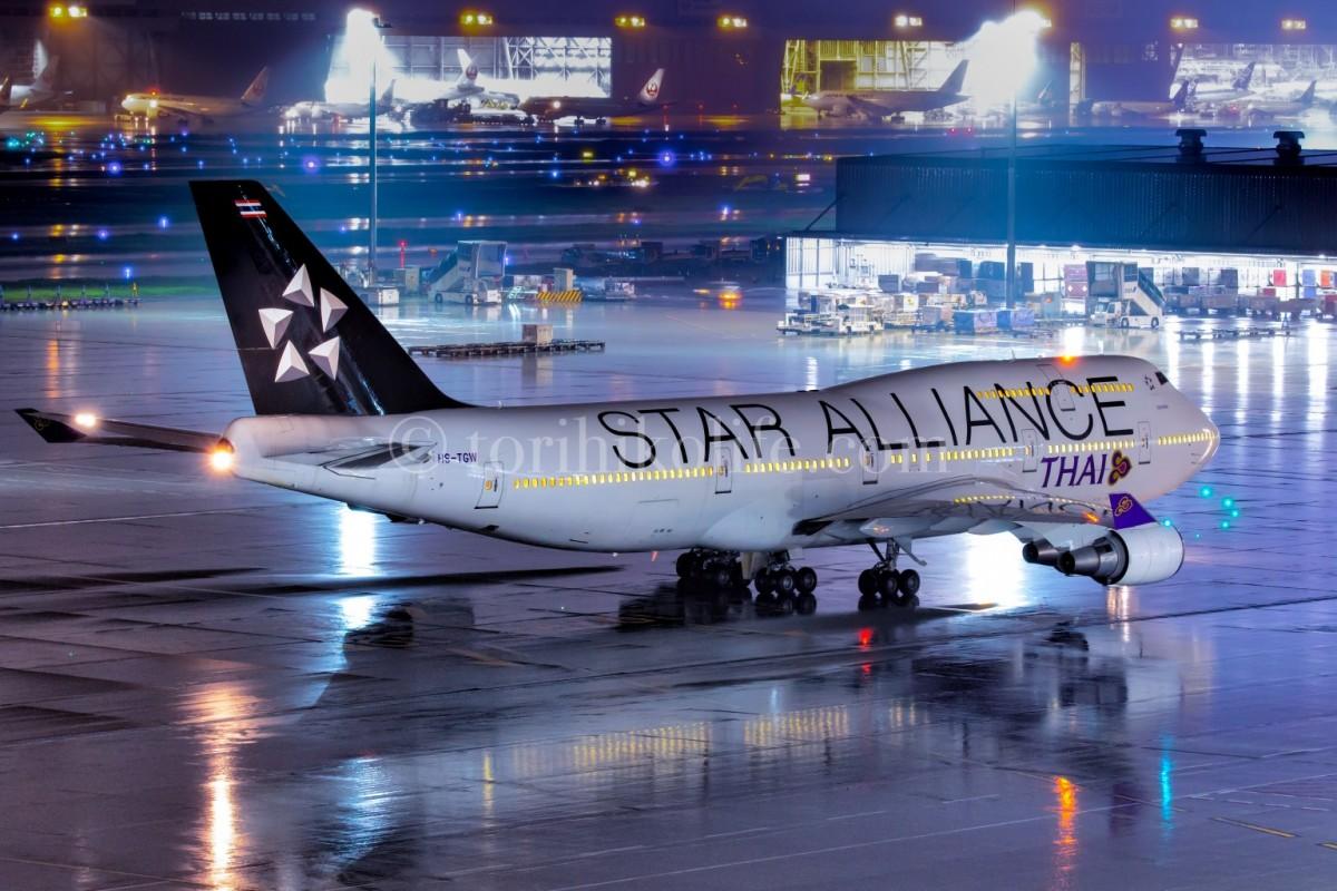 夜の飛行機の撮影方法。これは飛行機をバルブ撮影で撮った写真