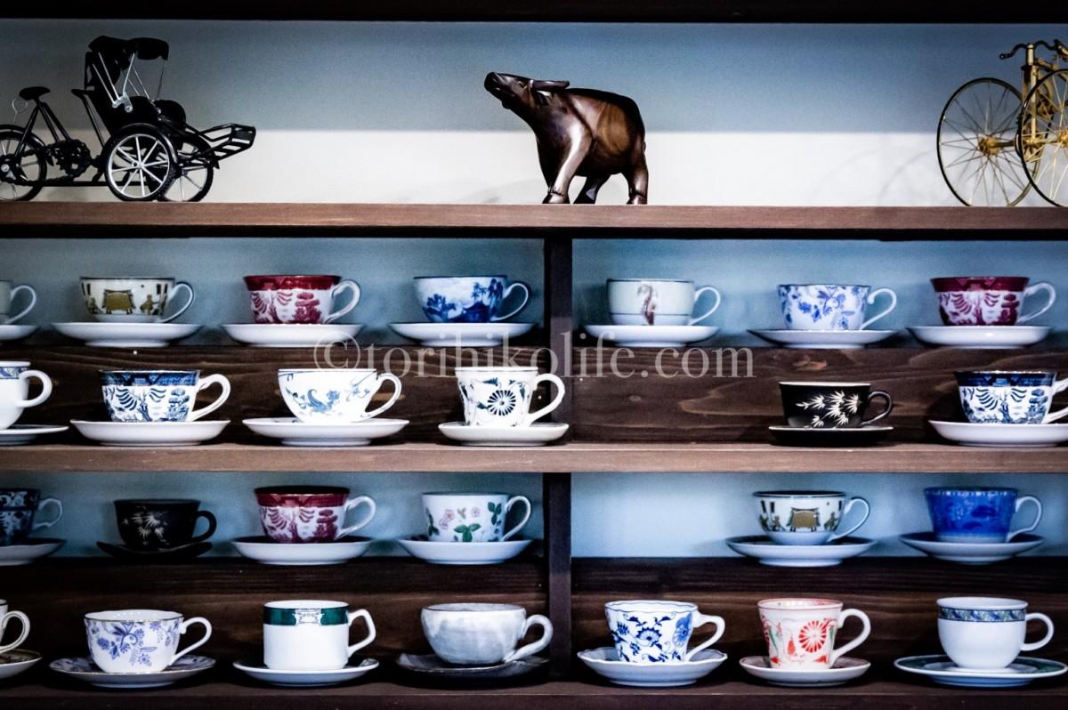 マスター佐藤さん拘りのマグカップが並ぶ棚