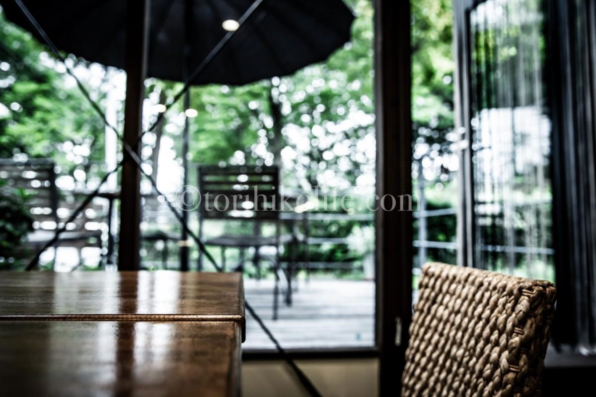 安南店内のテーブル席から望むテラス席