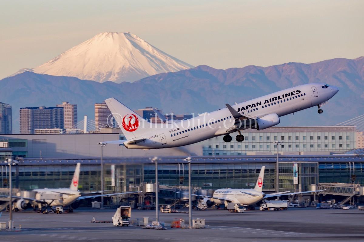 羽田空港でハミングバードディパーチャーを撮影した写真。飛行機と富士山との絡み