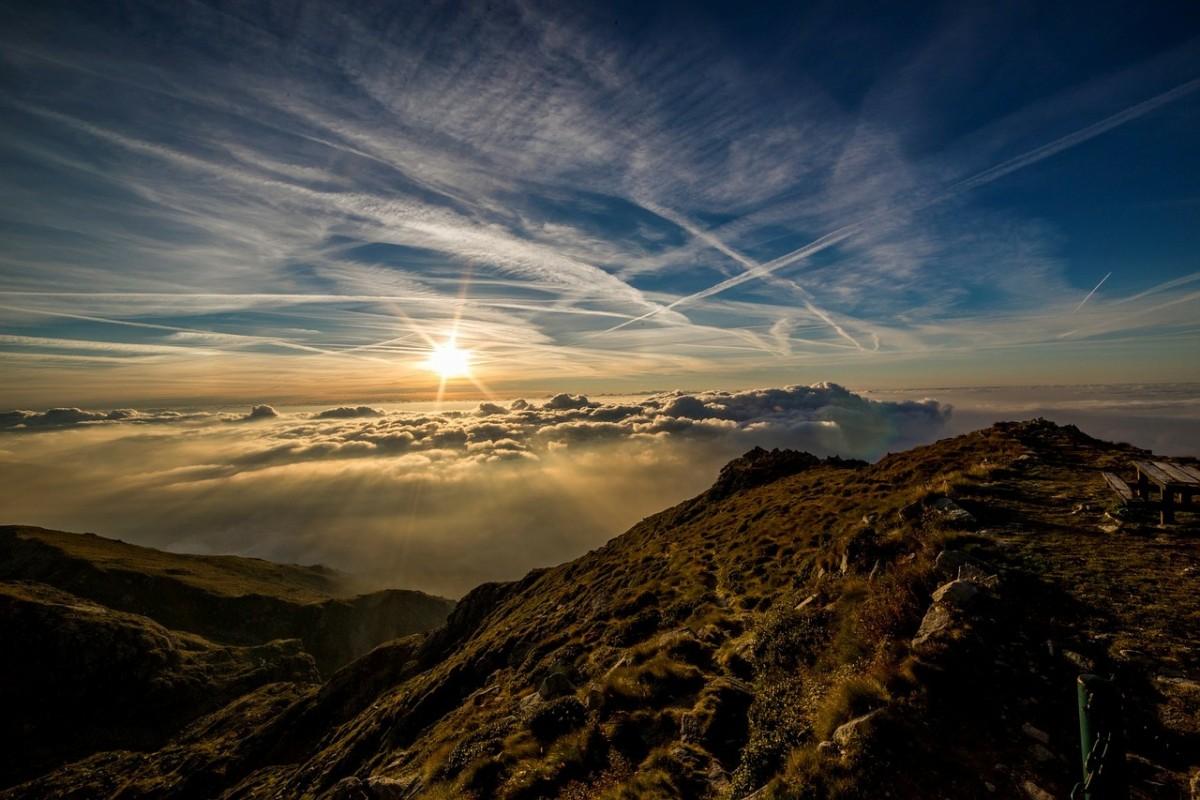太陽の光に照らされる山肌