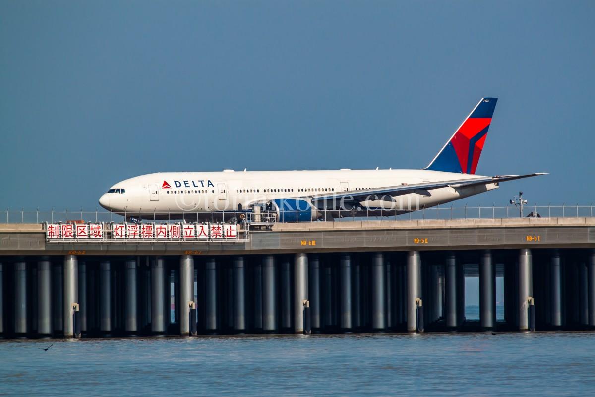 D滑走路着陸後、スポットに向かうデルタ機