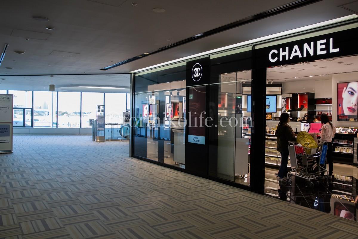 成田空港第2ターミナル制限エリアからアメリカン航空ラウンジに向かうためのエスカレーター