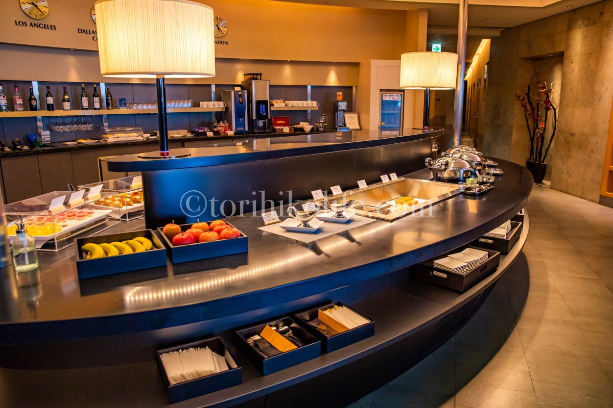 アメリカン航空ラウンジのダイニングエリアにある料理の並んだビュッフェカウンター