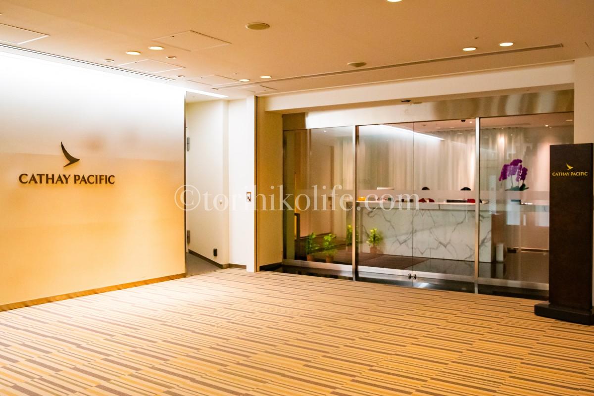 成田空港にあるキャセイパシフィックラウンジの入り口の様子