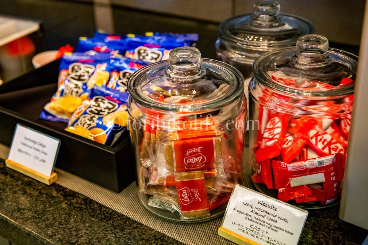 ラウンジで提供されているチョコレート、ポテトチップスなどのスナック類