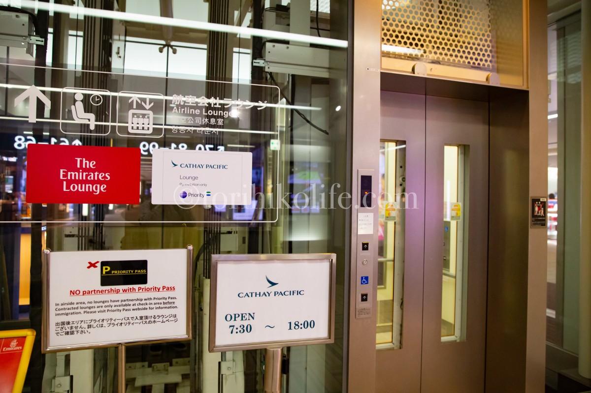 成田空港制限エリア1階からキャセイパシフィックラウンジへ向かうためのエレベーター
