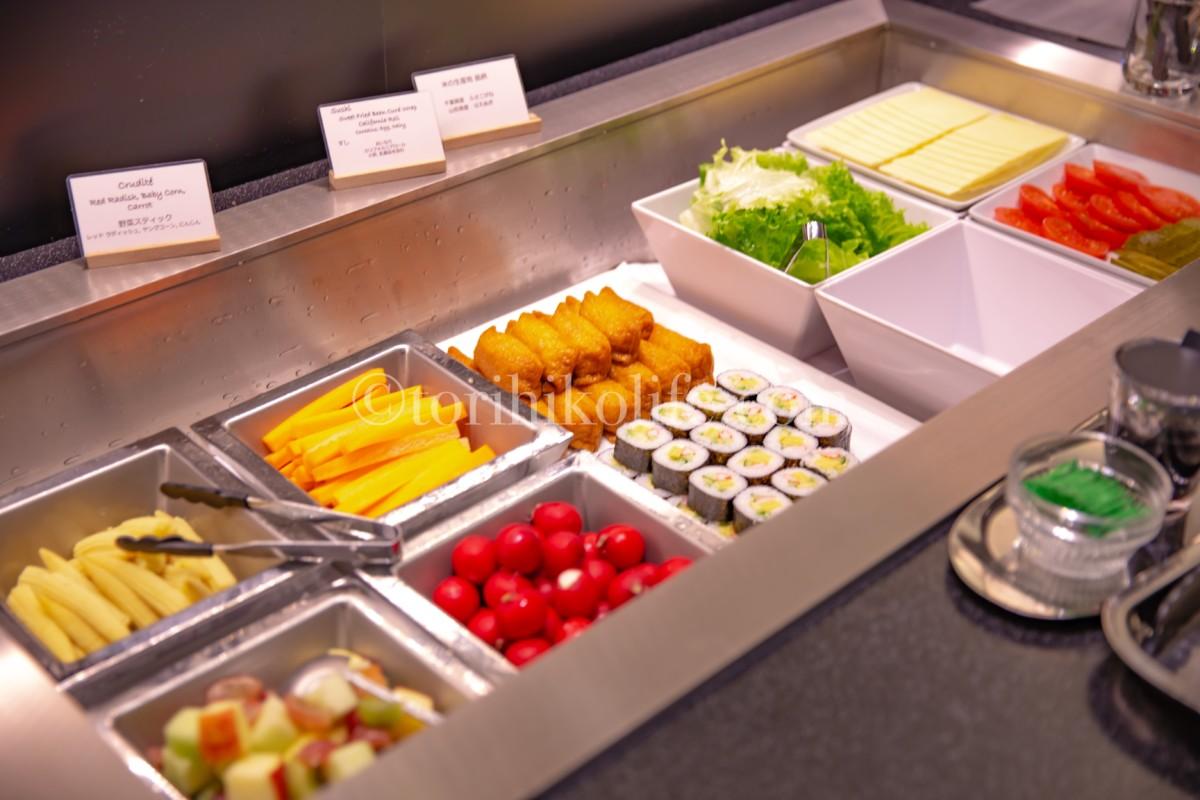 ビュッフェカウンターで提供されているサラダ・巻き寿司・チーズ