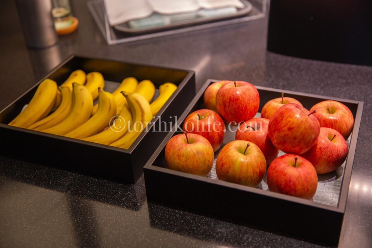 ビュッフェカウンターにあるバナナ、りんごなどのフルーツ類