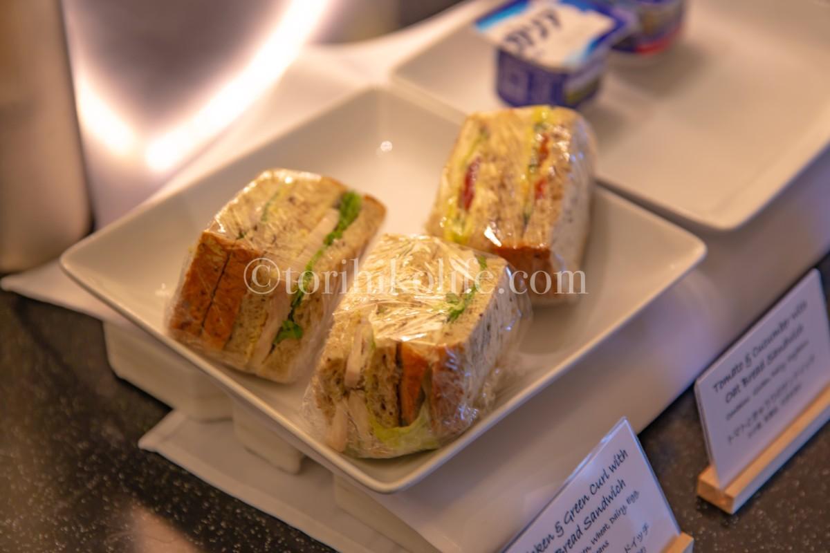 アメリカン航空ラウンジで提供されているサンドイッチ