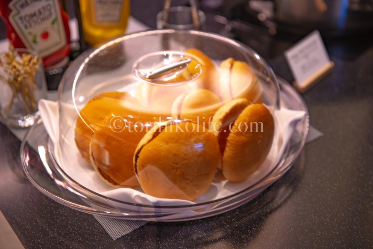 ビュッフェカウンターにあるハンバーガー用のパン