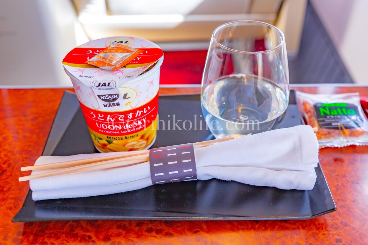 JAL国内線ファーストクラスで食べる締めのうどんですかいと日本酒