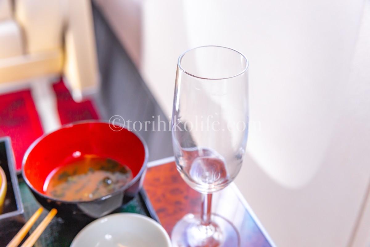 ファーストクラスではグラスが空になったらすぐにシャンパンを注いでくれる