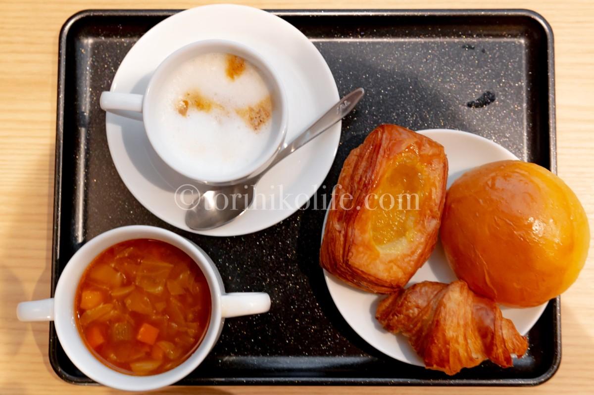 那覇空港ダイヤモンド・プレミアラウンジで提供されているパン、スープ、カフェラテ