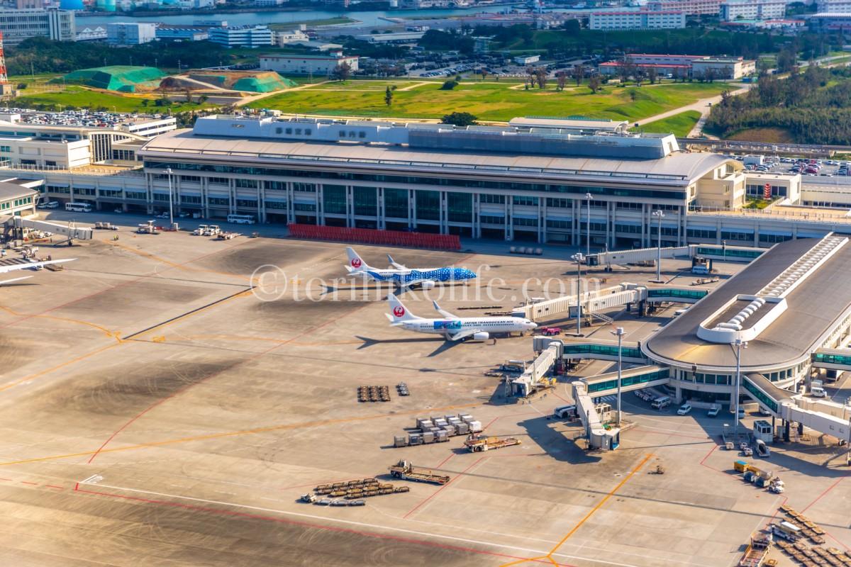 JAL国内線ファーストクラスの窓から見た那覇空港の景色