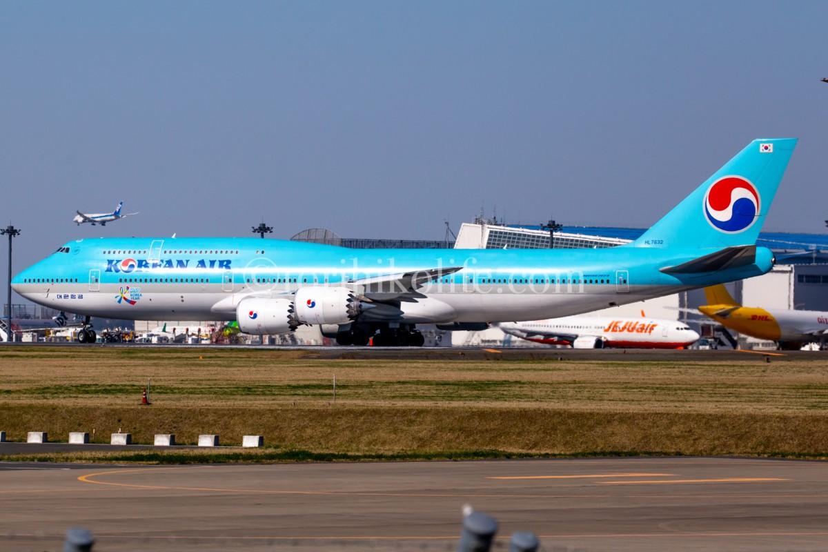 A滑走路へランナップする大韓航空の747-8