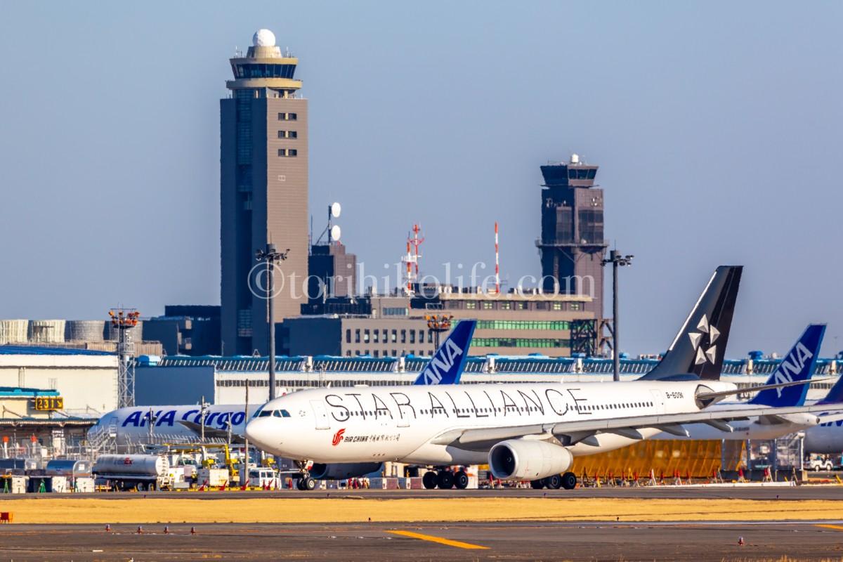 成田の管制塔の横をタキシングするチャイナエアラインのスターアライアンス塗装機