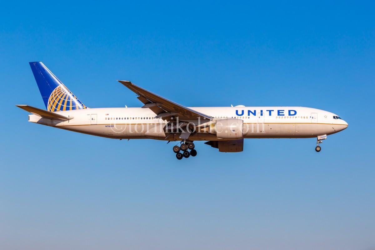 さくらの山を飛ぶユナイテッド航空
