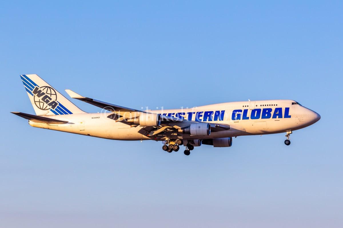 朝日を浴びながら着陸態勢に入るウエスタングローバル機