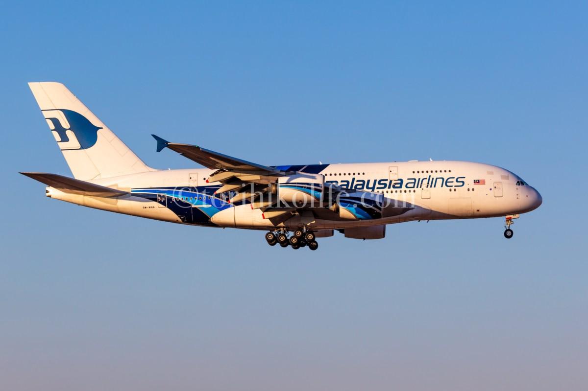快晴の空を朝日を浴びながらアプローチするマレーシアのA380