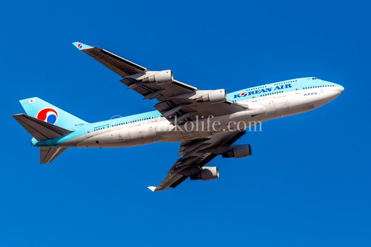 大韓航空の飛行機が離陸するシーン。PLフィルターの効果で、機体の色と空が鮮やかな色になっている