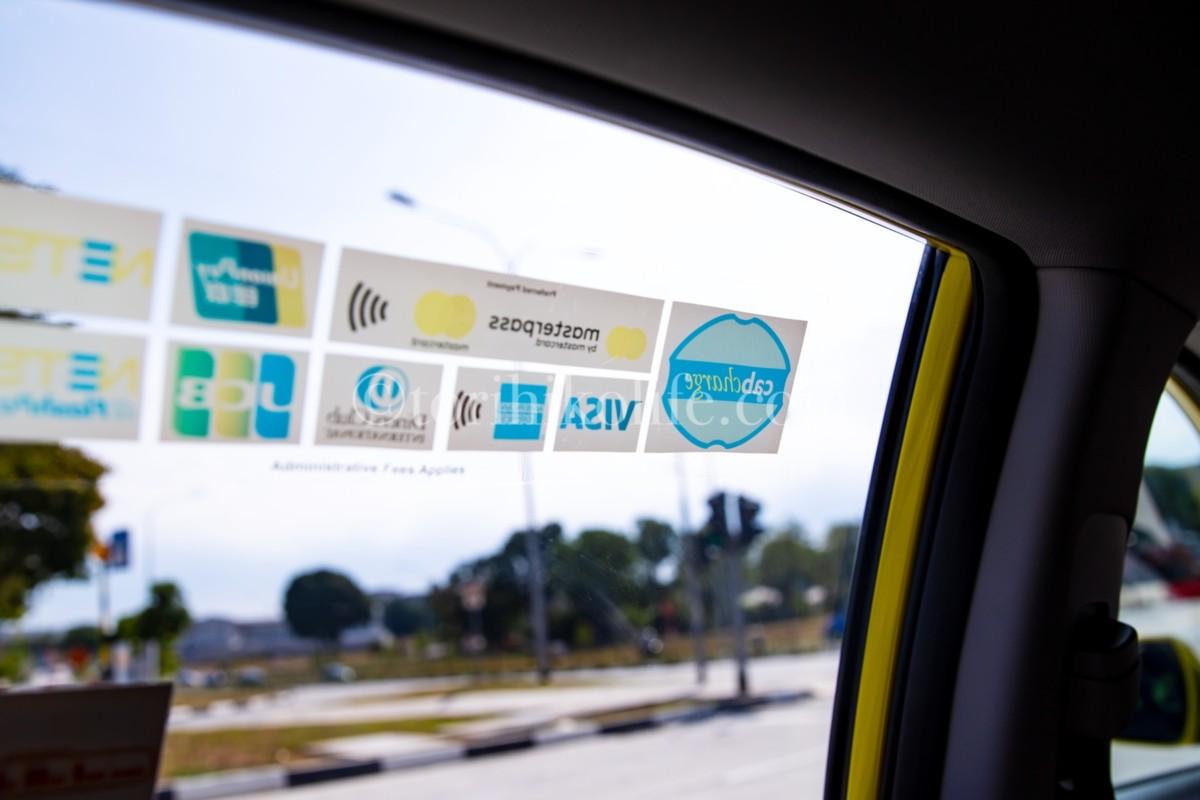 タクシーの窓に貼られた支払い可能な手段を示すシール
