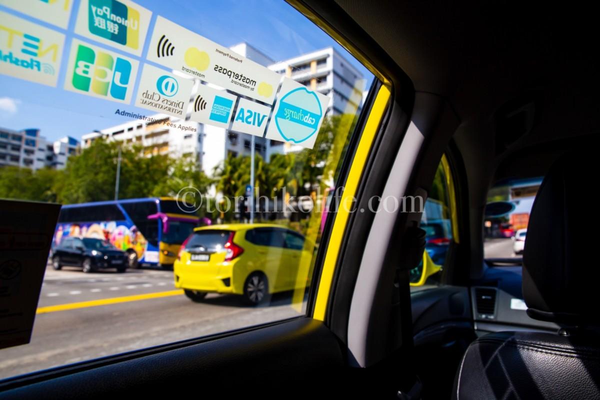 タクシー車内からのシンガポールの風景