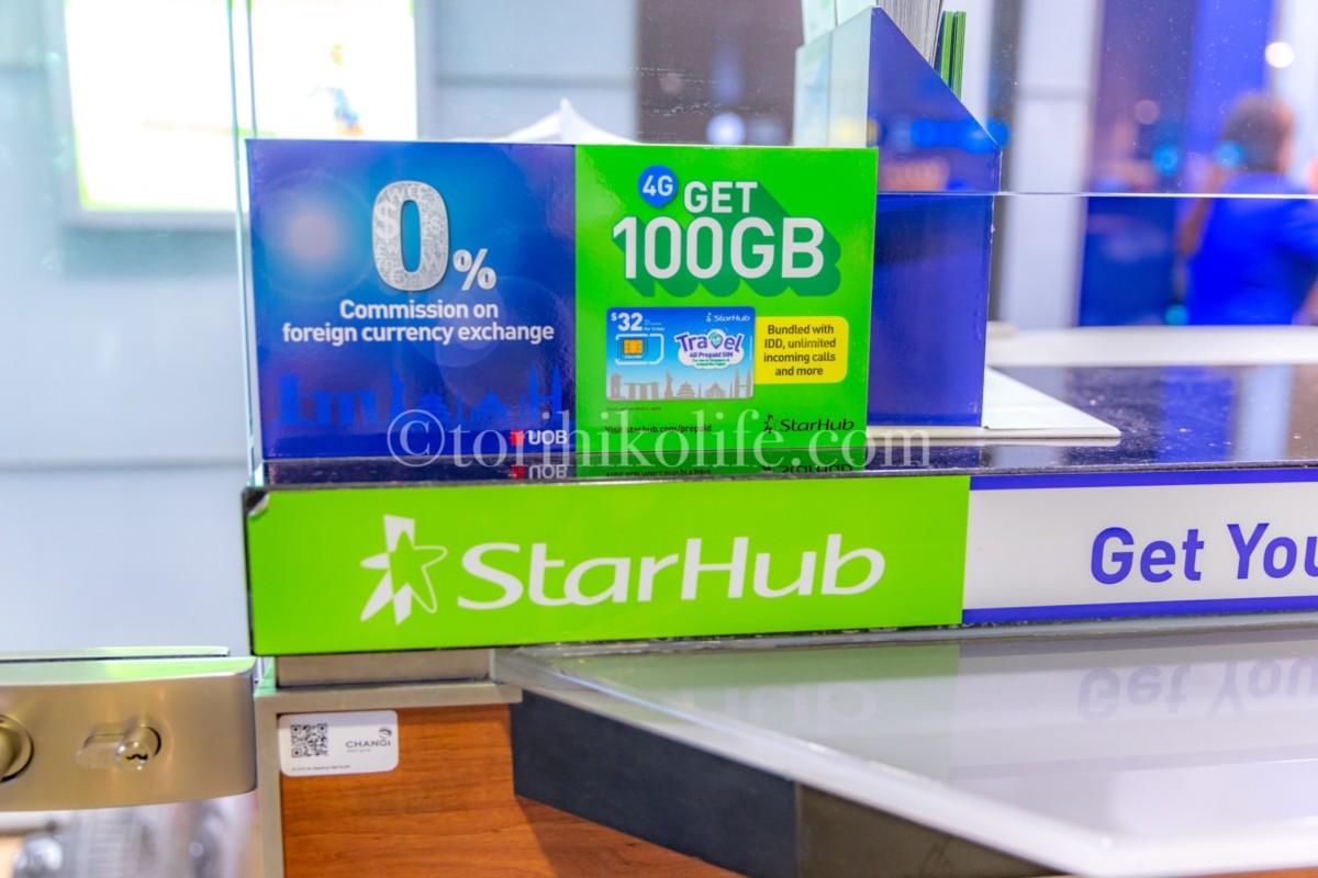 StarHubのトラベルSIM宣伝のシールが張られたUOBの両替カウンター