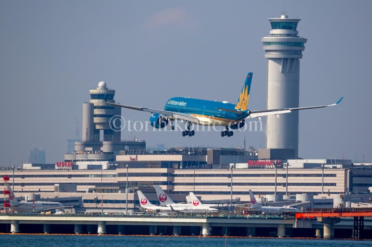 着陸機と新・旧タワーとの絡み