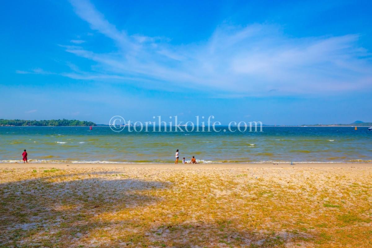 チャンギビーチで遊ぶ人々