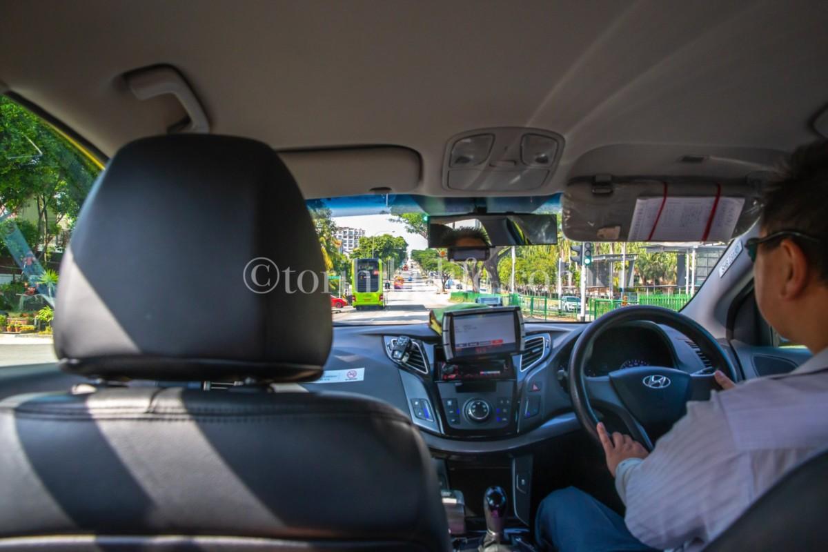 タクシー車内から前を様子