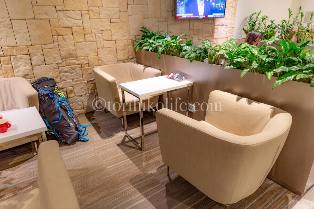 プライオリティパスラウンジ内のソファーとテーブル席