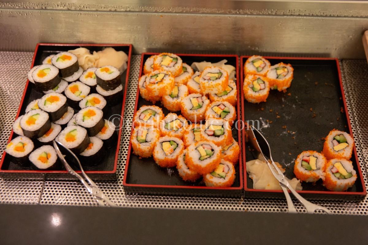 ラウンジで提供されている巻き寿司