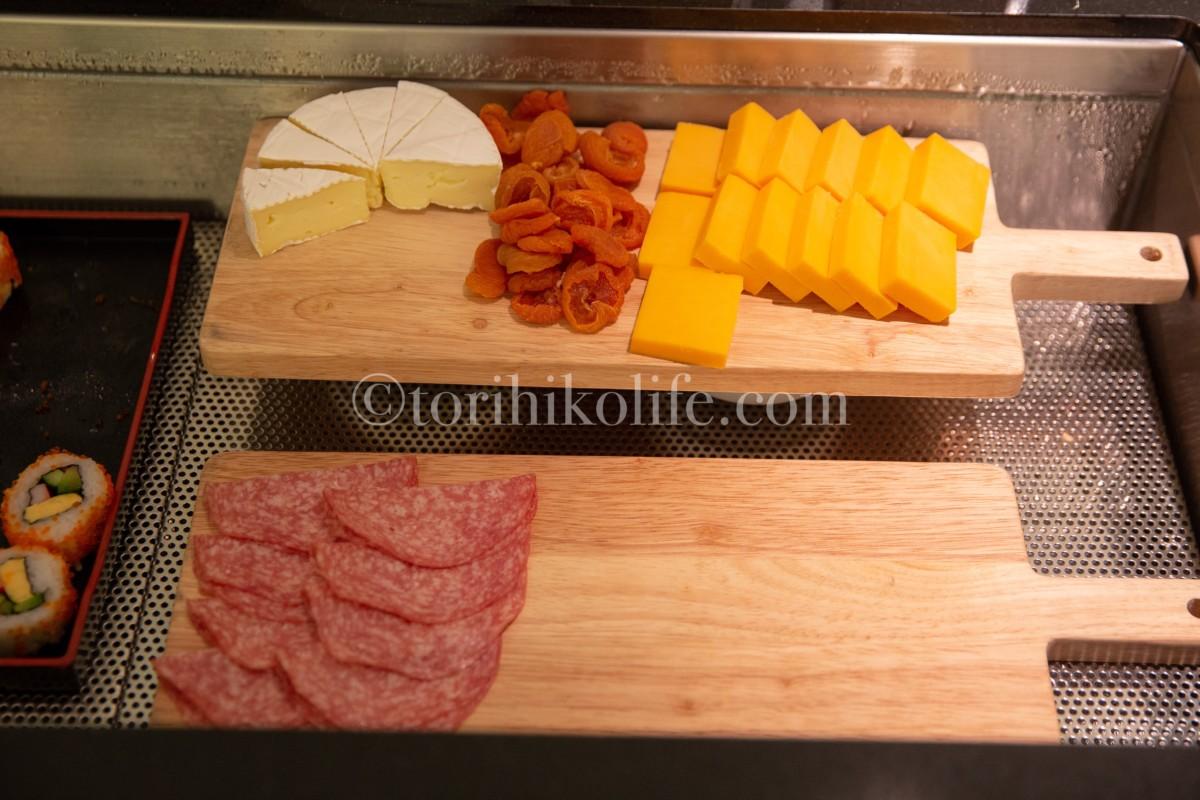 ラウンジで提供されているチーズ、ドライフルーツ、サラミ