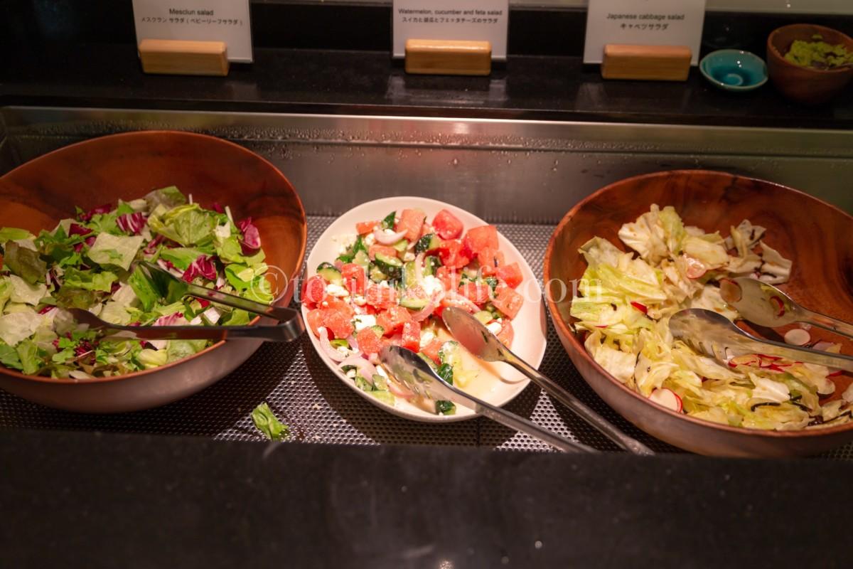 ラウンジで提供されている3種類のサラダ