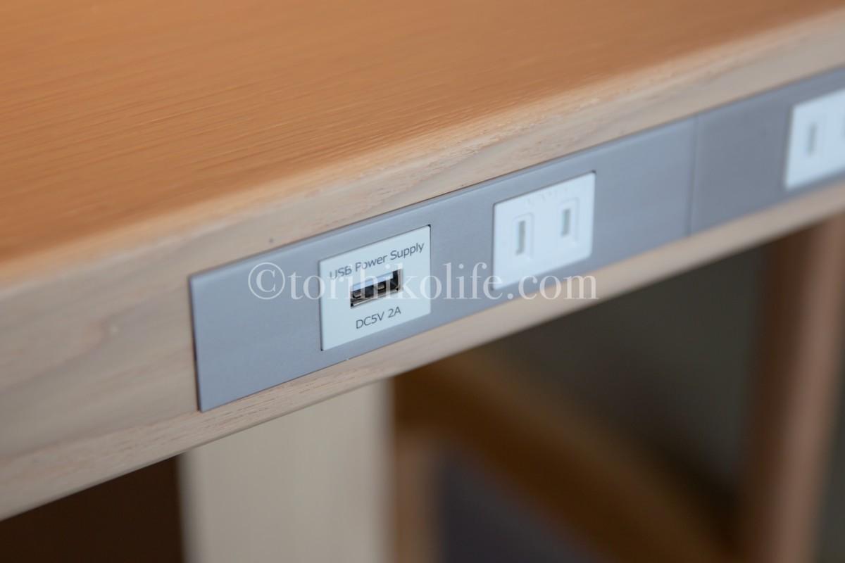 キャセイパシフィックラウンジにある電源。コンセントとUSBポートが利用できる