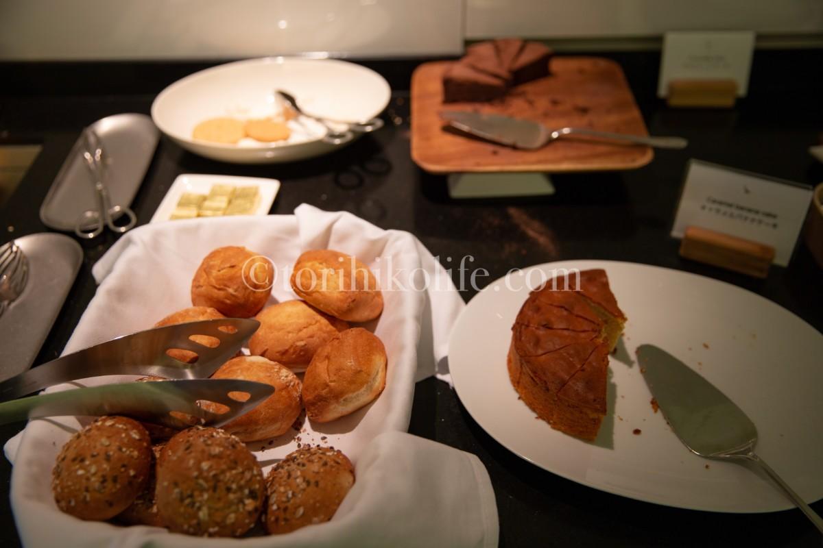 ラウンジで提供されている2種類のパンとチョコレートケーキ