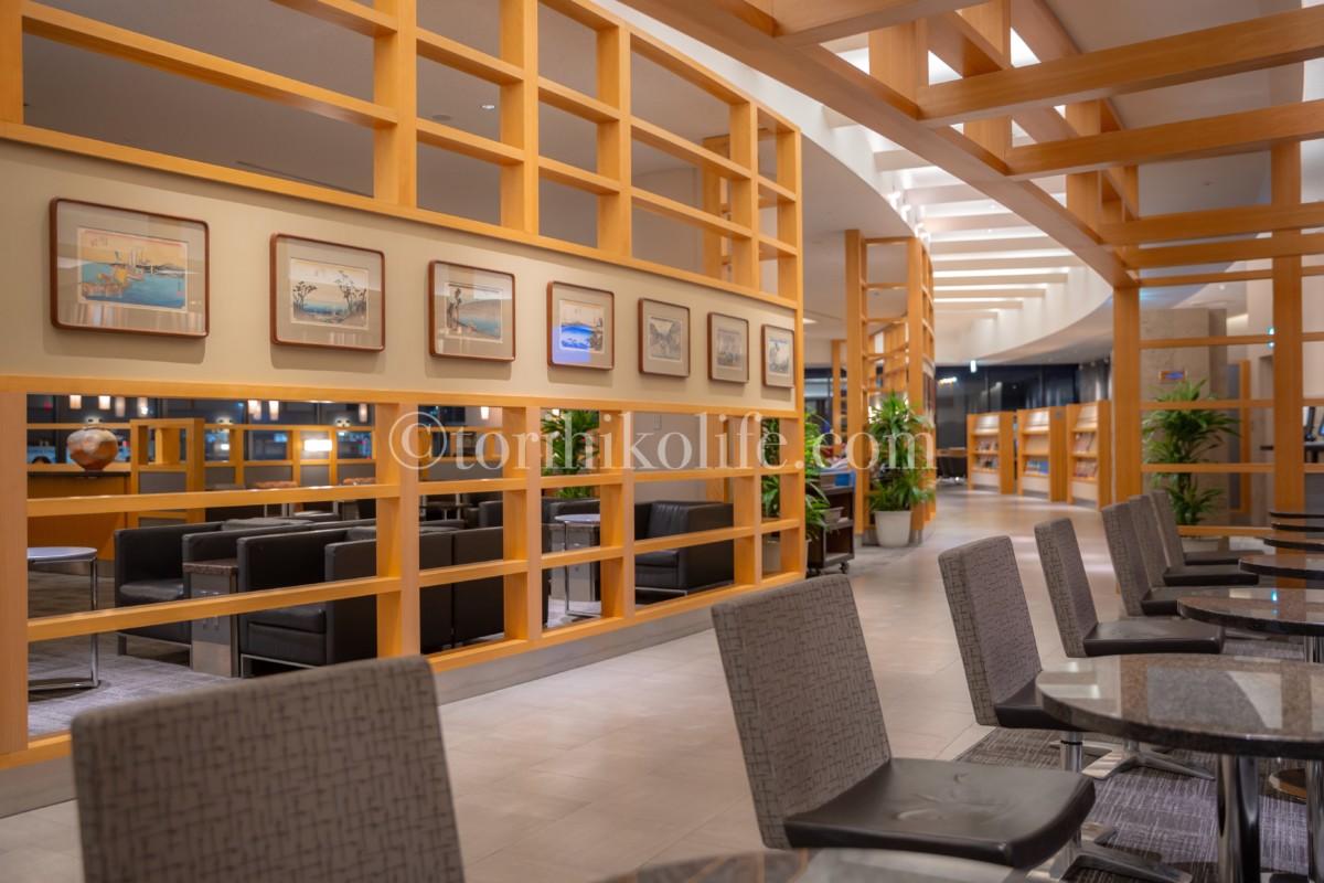 内装に木が使われているアメリカン航空ラウンジ