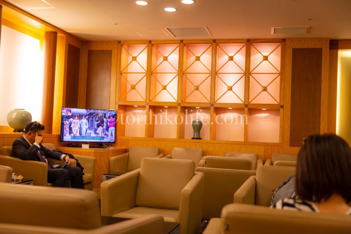 大韓航空ラウンジのソファー席とテレビ