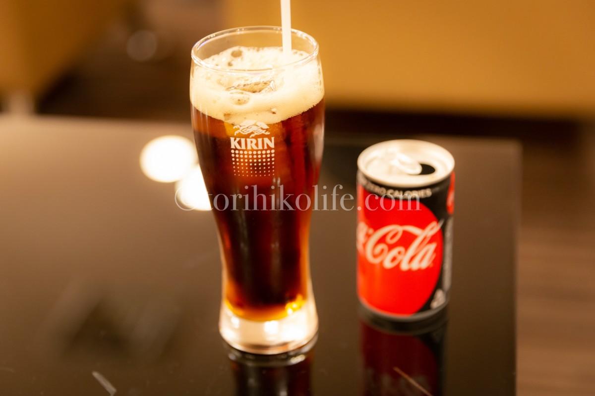 大韓航空ラウンジで提供されている高級ブランデーのレミーマルタンにコーラを注いでカクテルを作っている様子