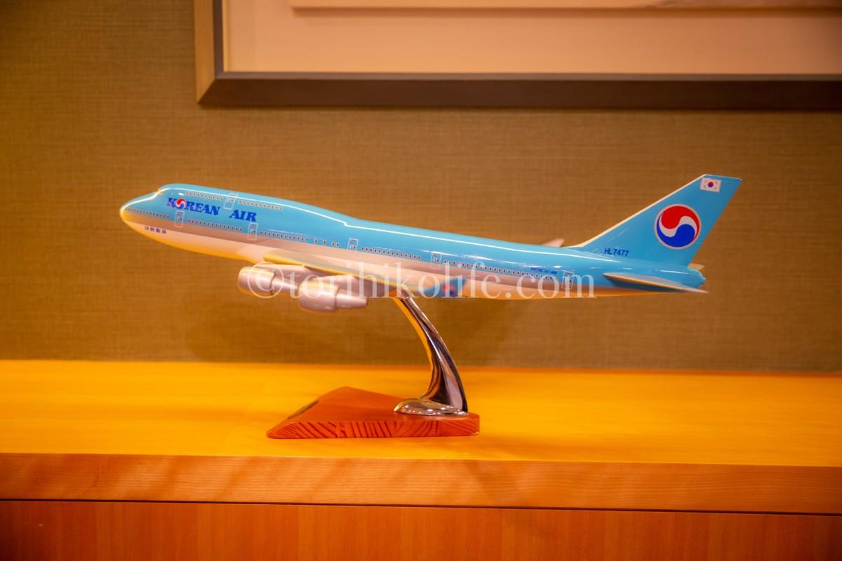 大韓航空ラウンジファーストクラス専用ルームに飾られている大韓航空の飛行機ボーイング747-400のダイキャストモデル