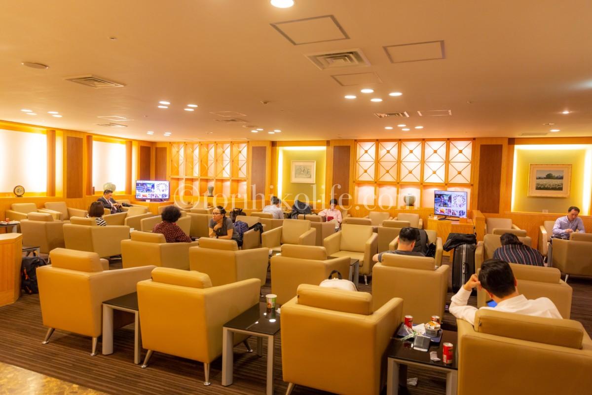 ソファー席が並んだ大韓航空ラウンジ内の様子