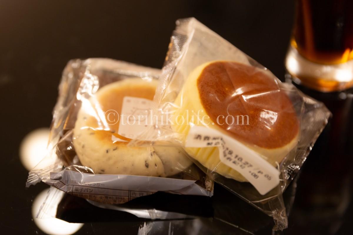 大韓航空ラウンジで提供されているゴマあんもっちと、チーズ蒸しパン