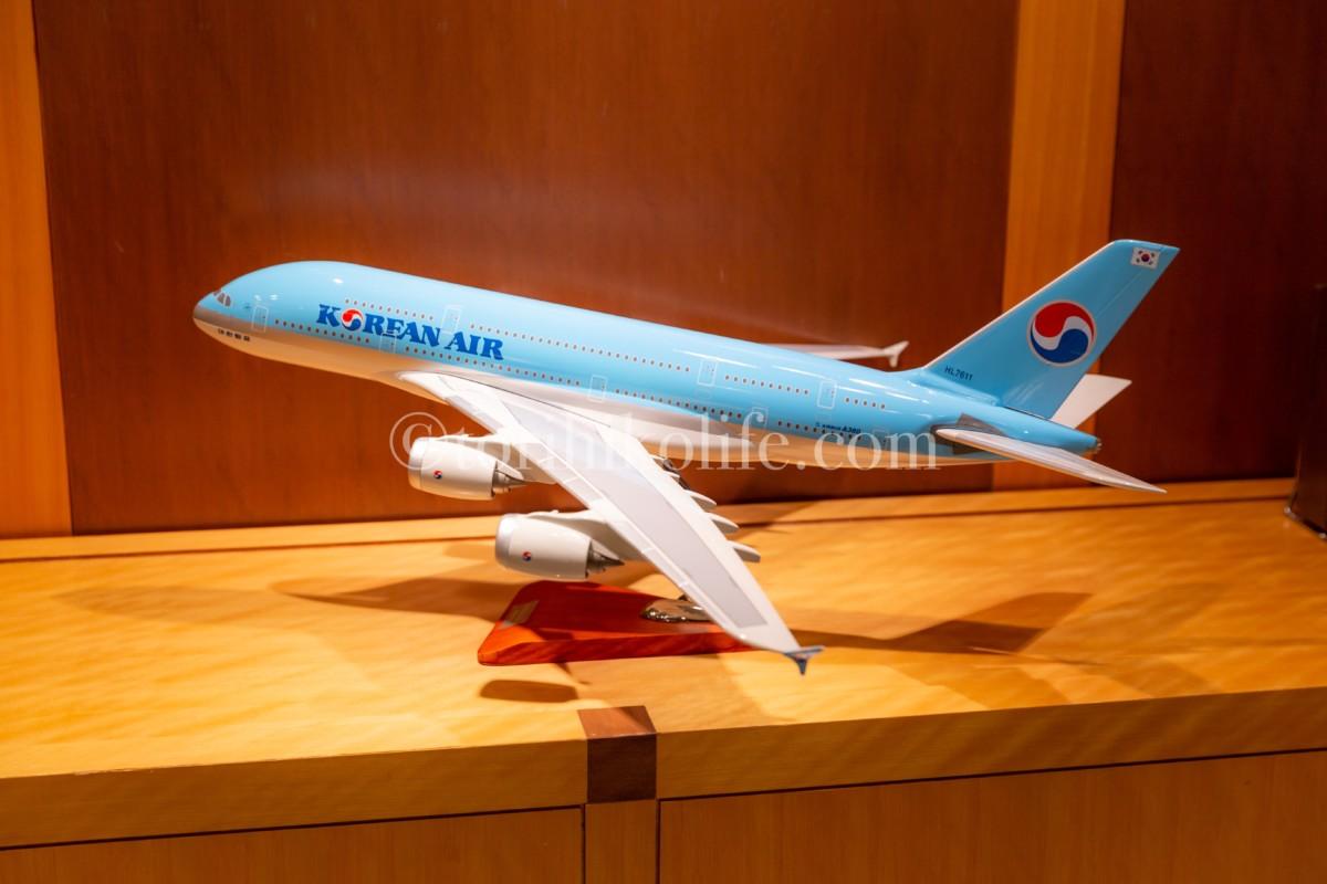 大韓航空ラウンジレセプションの横に飾られている大韓航空の飛行機A380のダイキャストモデル