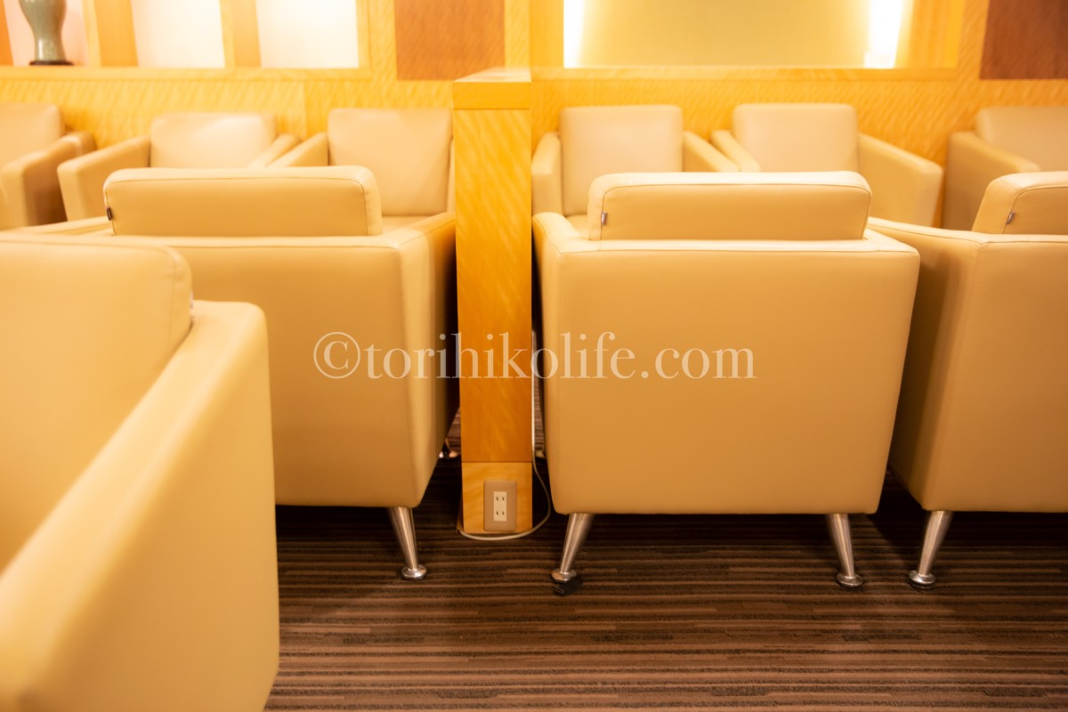 大韓航空ラウンジにある座席の仕切りにあるコンセント。コンセントの位置がわかる