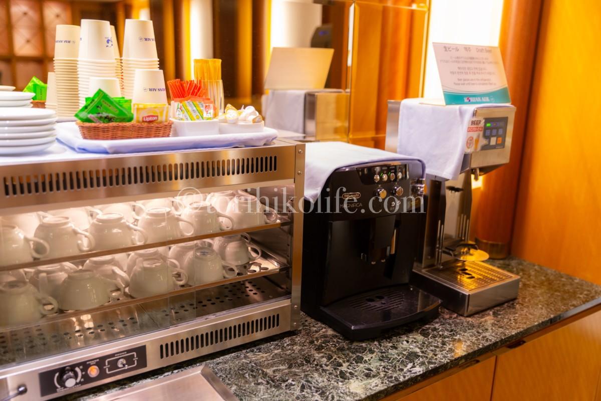大韓航空ラウンジのホットドリンクコーナー。コーヒーマシンとお茶、紅茶が置いてある