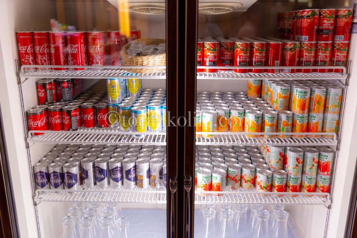大韓航空ラウンジの冷蔵庫内に並ぶ缶ジュース