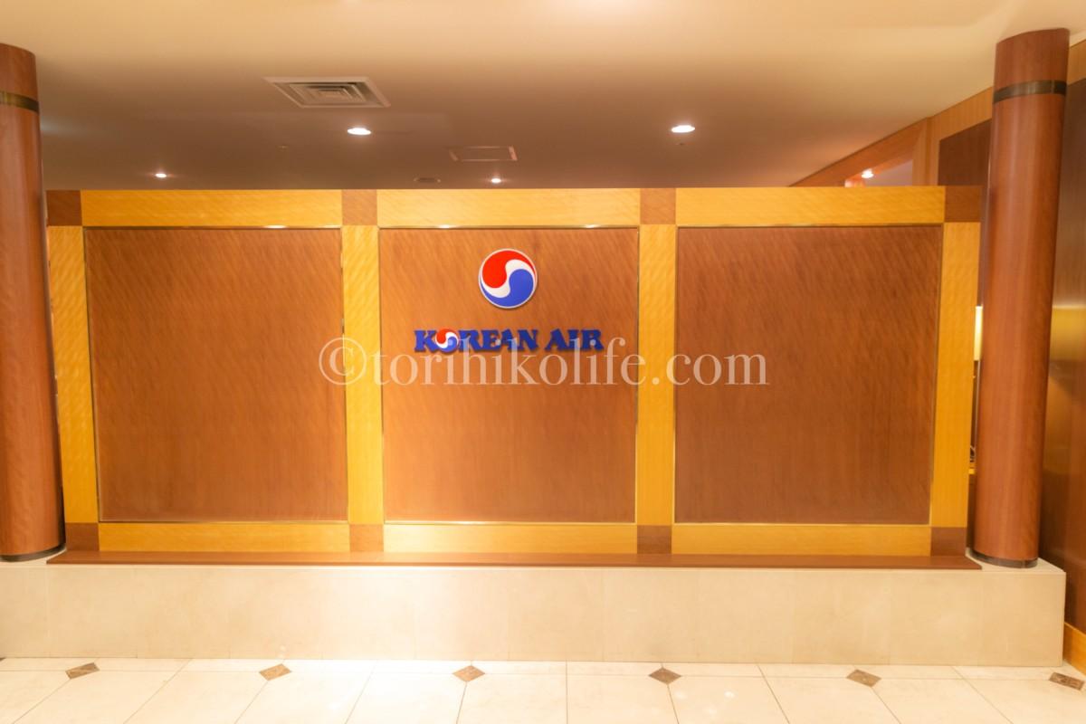 大韓航空ラウンジの入り口にあるKOREAN AIRのシンボル