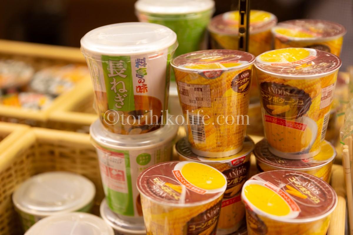 大韓航空ラウンジで提供されているみそ汁とコーンポタージュ