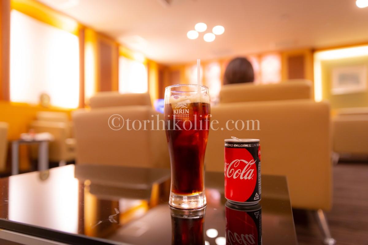 大韓航空ラウンジ内でテーブルに置いてあるお酒